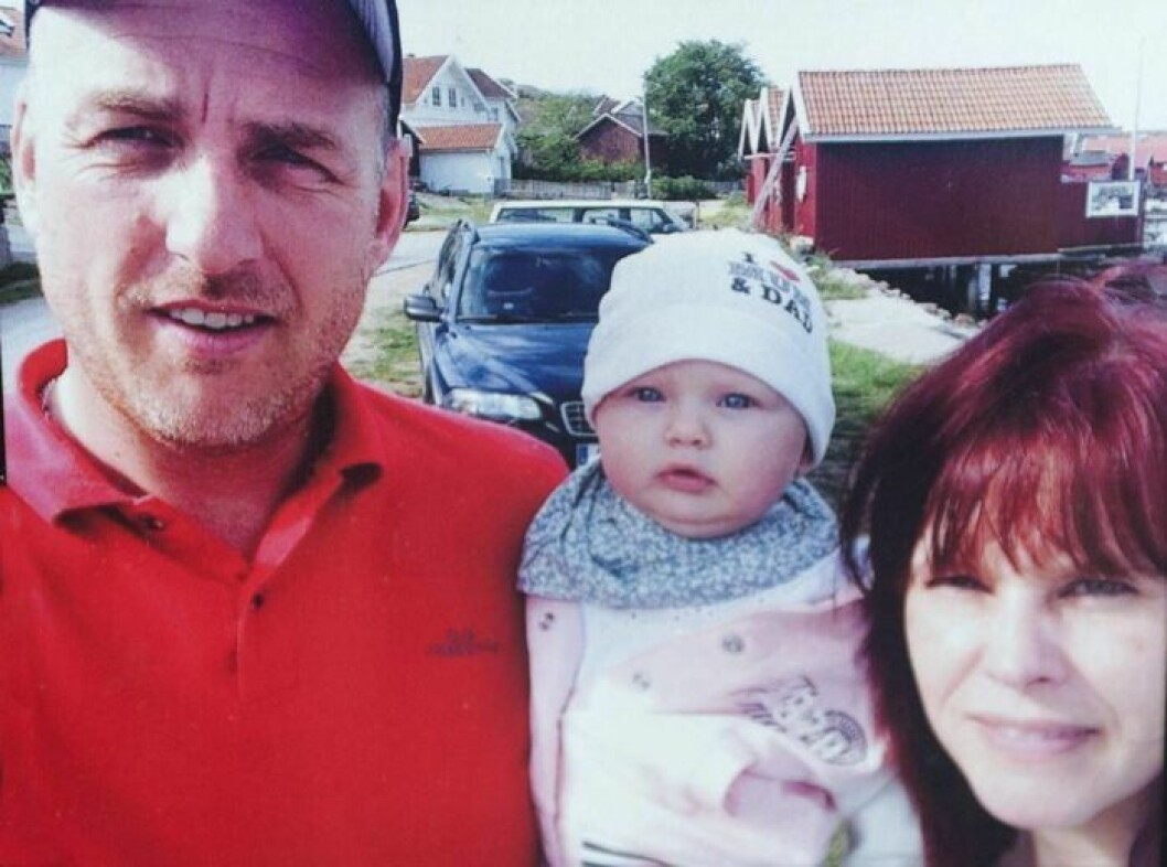 Pappa Johan, mamma Pia och dottern Agnes i mitten