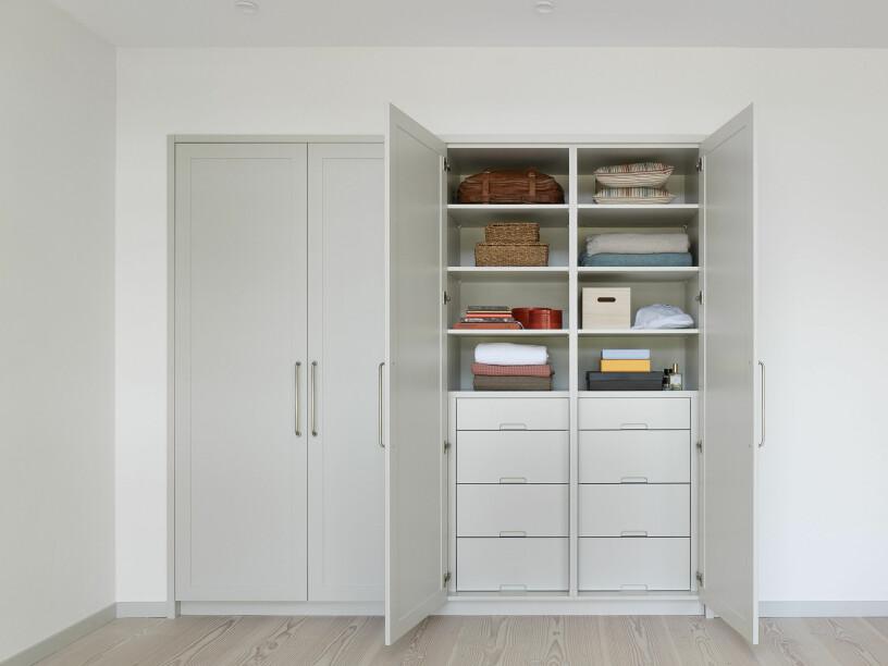 inbyggd garderob med hyllor och lådor planerade för optimal förvaring