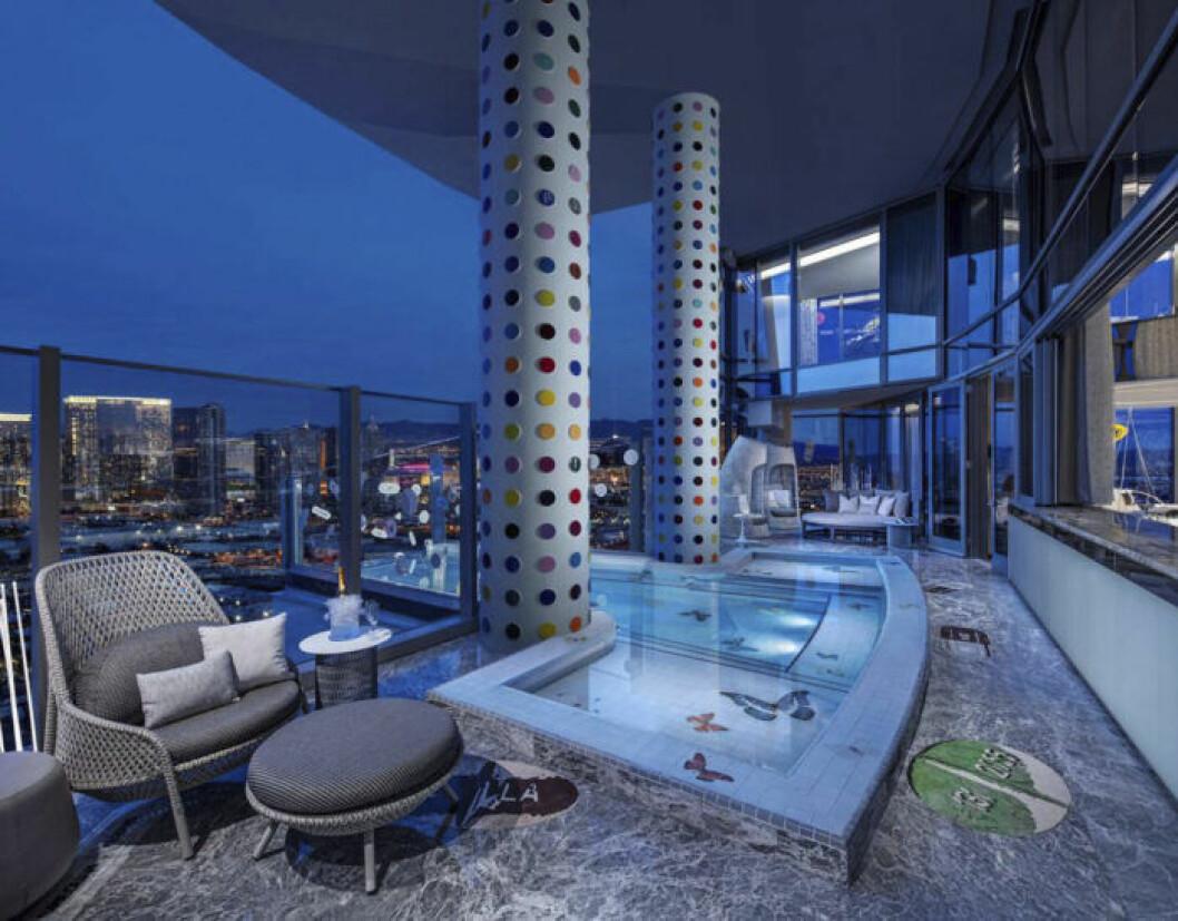 Terrass med pool och utsikt över Las Vegas Strip.