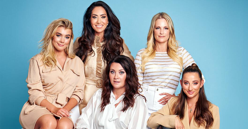 """I Svenska Powerkvinnor får vi lära känna Camilla Läckberg, Laila Bagge, Kristina """"Keyyo"""" Petrushina, Antonija Mandir och Mouna """"Doktor Mouna"""" Esmaeilzadeh på djupet och följa med i deras späckade vardag. Den nya realityserien har premiär i höst på Viaplay, Viafree och TV3."""