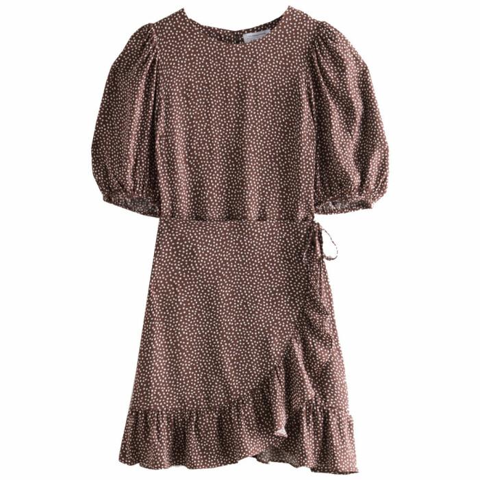 brun prickig omlottklänning