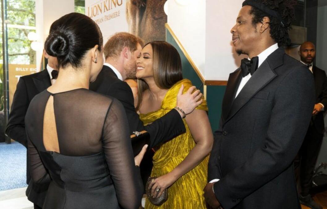 En bild på prins Harry som kramar artisten Beyoncé. Med på bild är också hertiginnan Meghan Markle och Jay-Z.