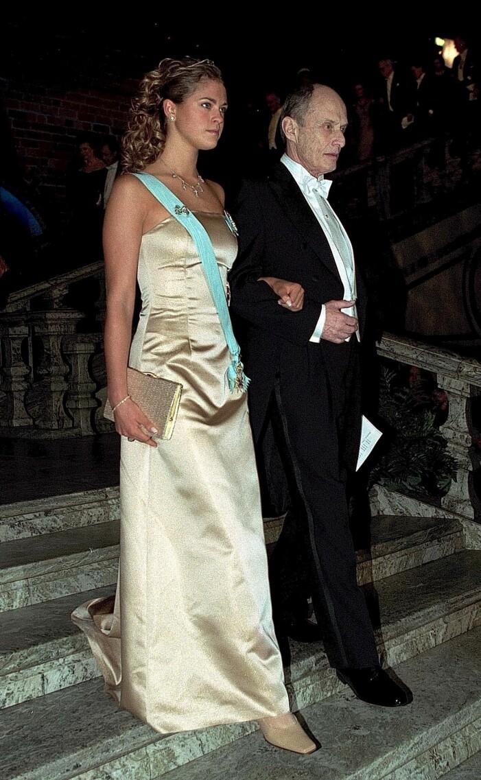 Prinsessan Madeleine i en guldklänning på nobelfesten 2000