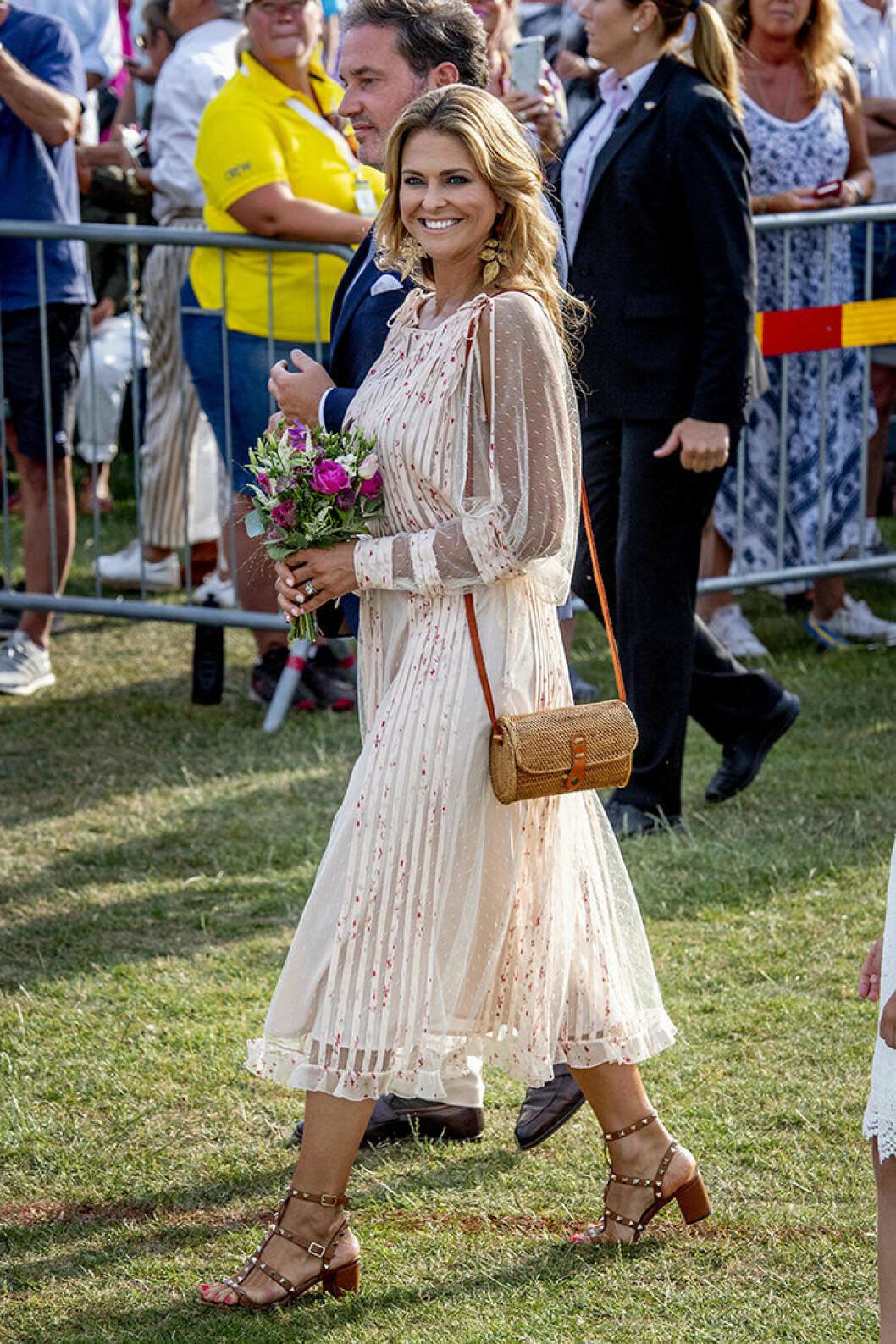 Prinsessan Madeleine i klänning från Valentino.