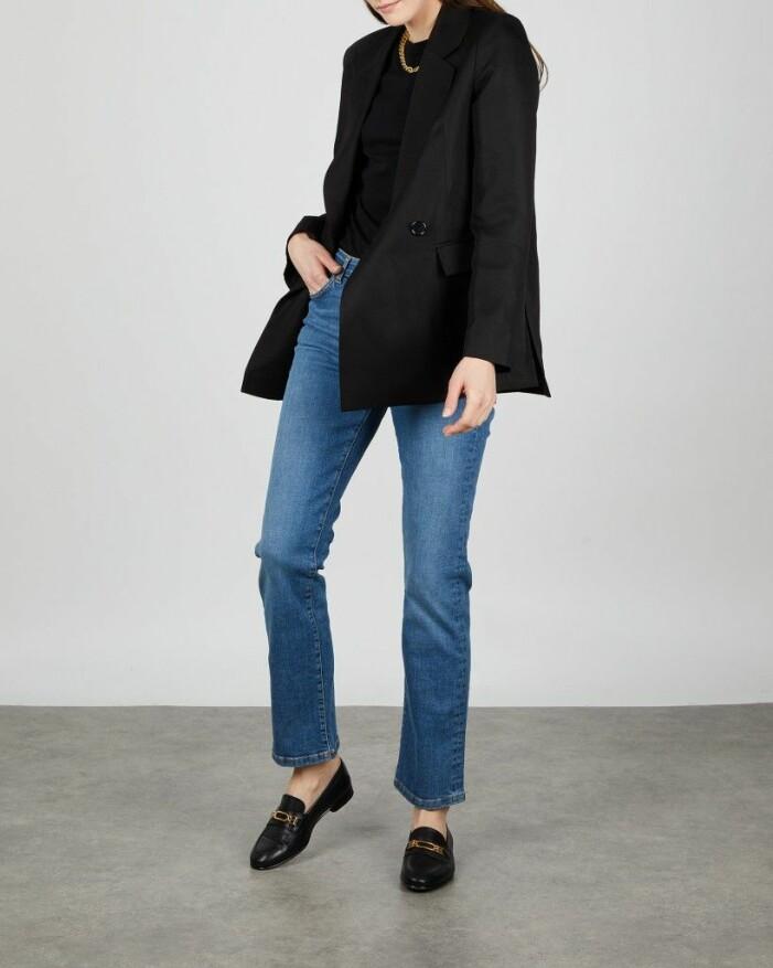 outfit med svart kavaj, jeans och loafers