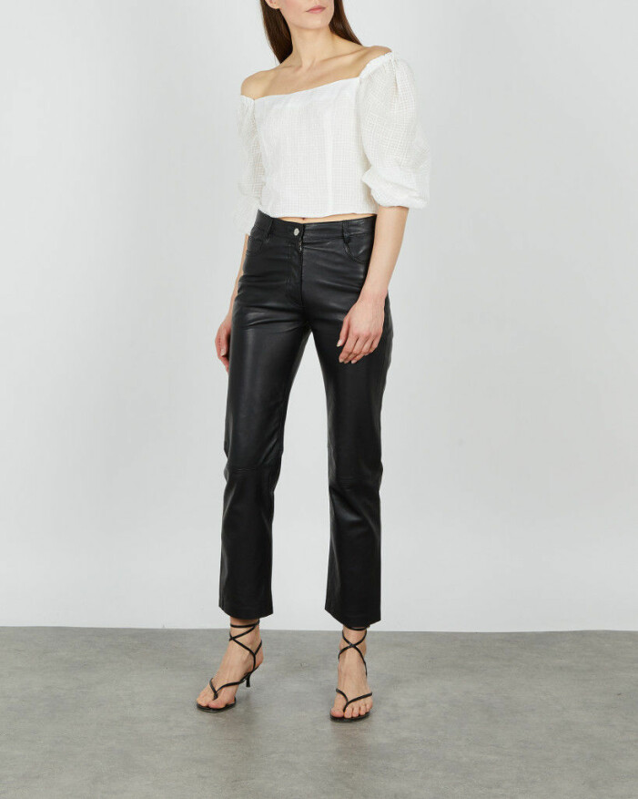 outfit med vit blus och skinnbyxor