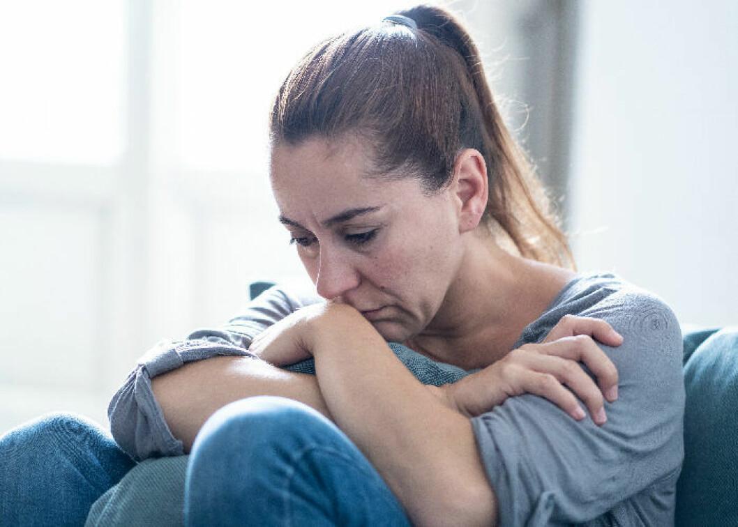 Deprimerad kvinna med personlighetsdraget Neuroticism