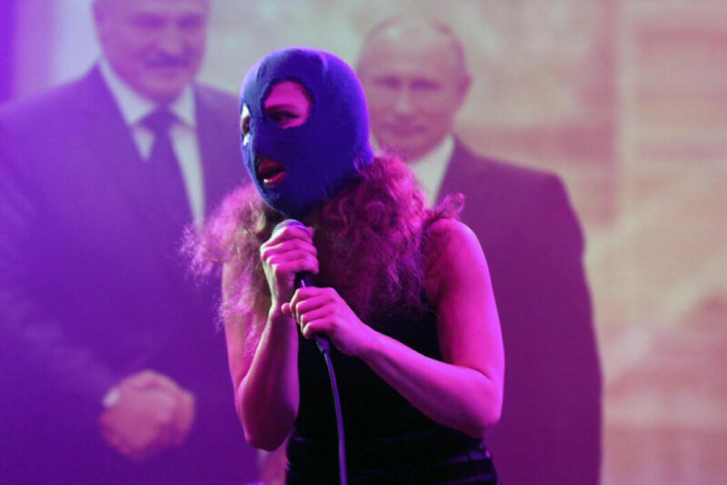 En av de maskbeklädda medlemmarna i Pussy Riot.