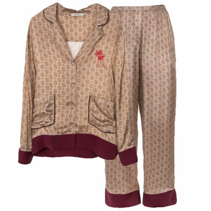 Pyjamas med mönster på rea