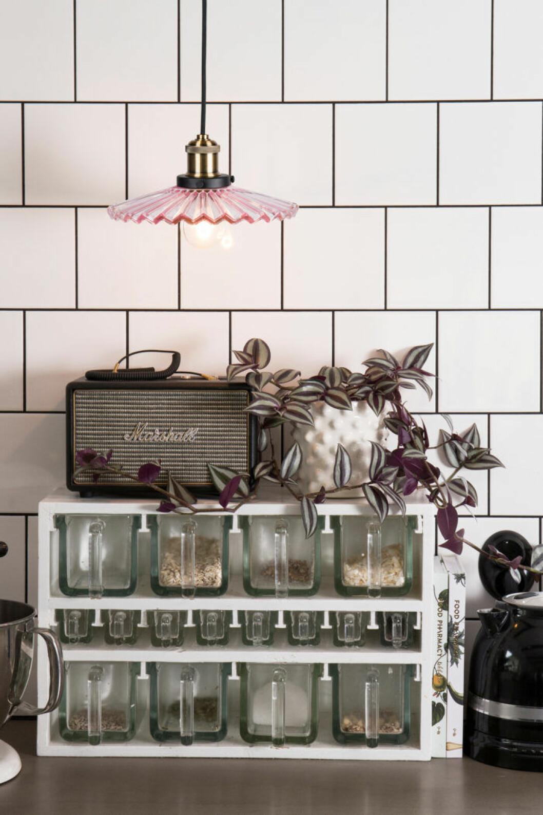 Räfflat glas är trendigt i år – även i lampor.