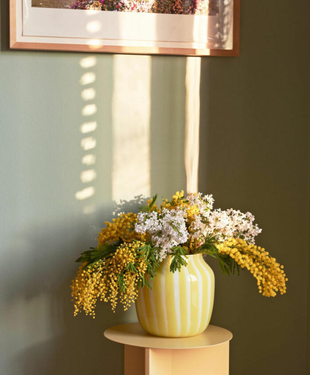 Trendiga ränder i gult och vitt på en vas från Hay