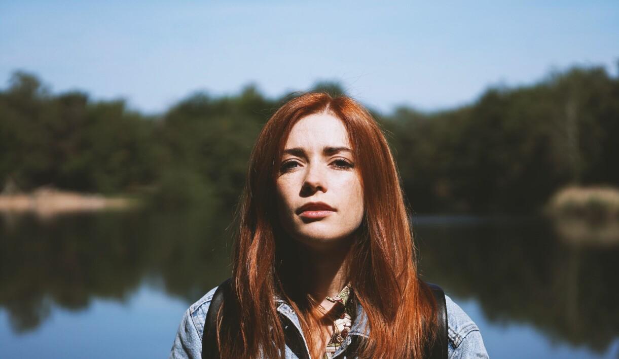 rödhårig kvinna i solen