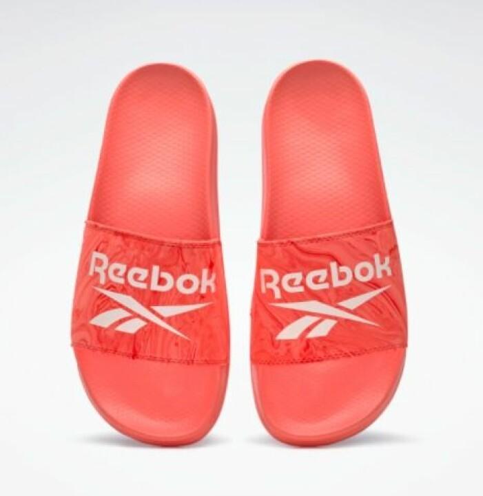 Korallröda, sportiga badtofflor i plast från Reebok.