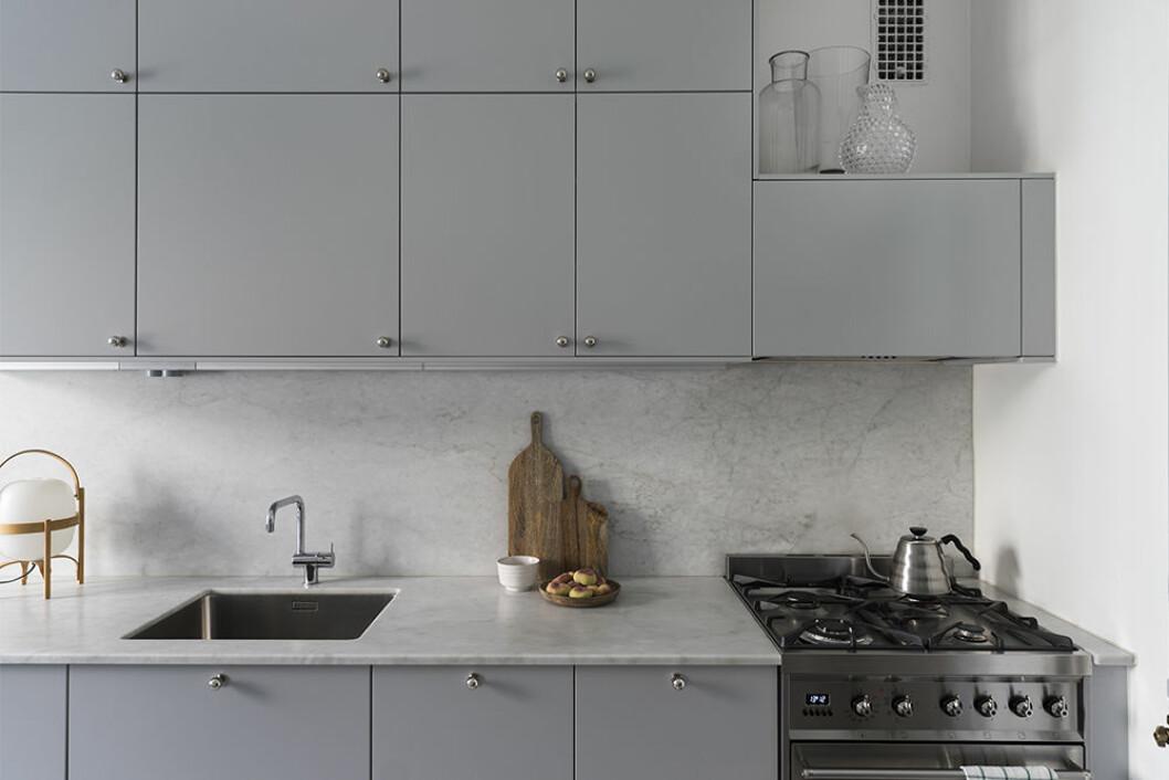 Snyggt renoverat grått kök