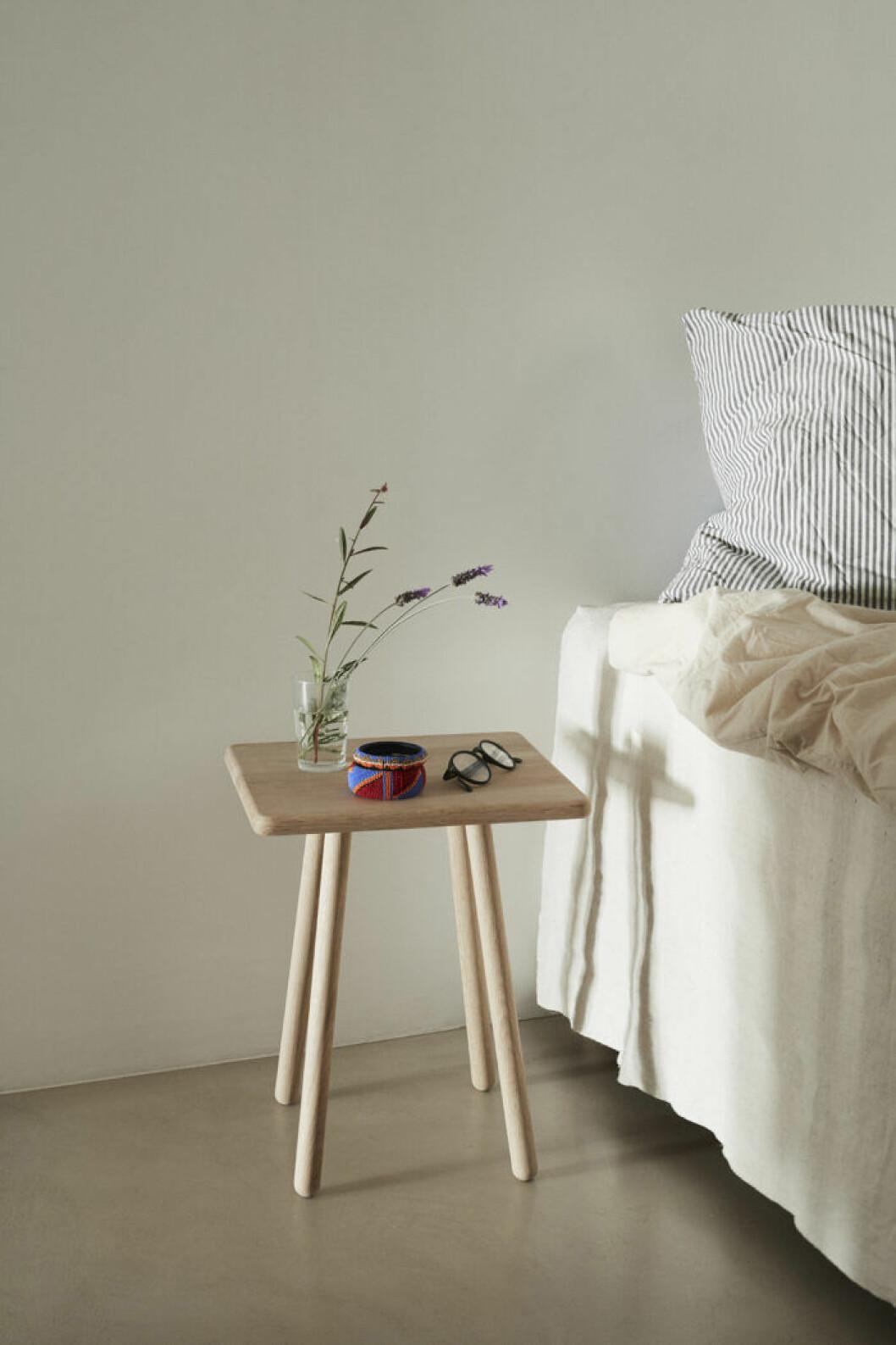 Även en snabb rensning kan göra sovrummet mer rofyllt.