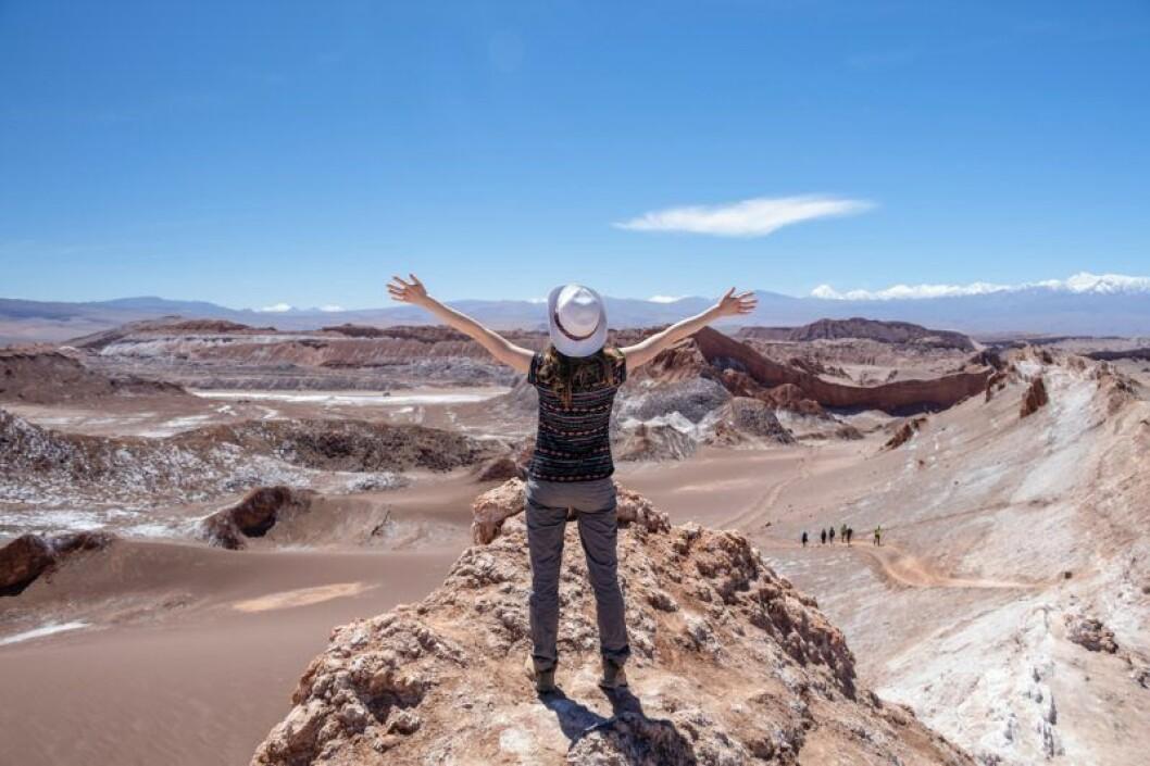 Lycklig kvinna i öknen i Chile