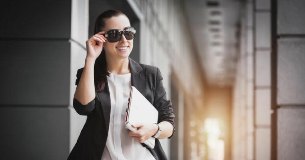 Kvinna tar promenad jobbet