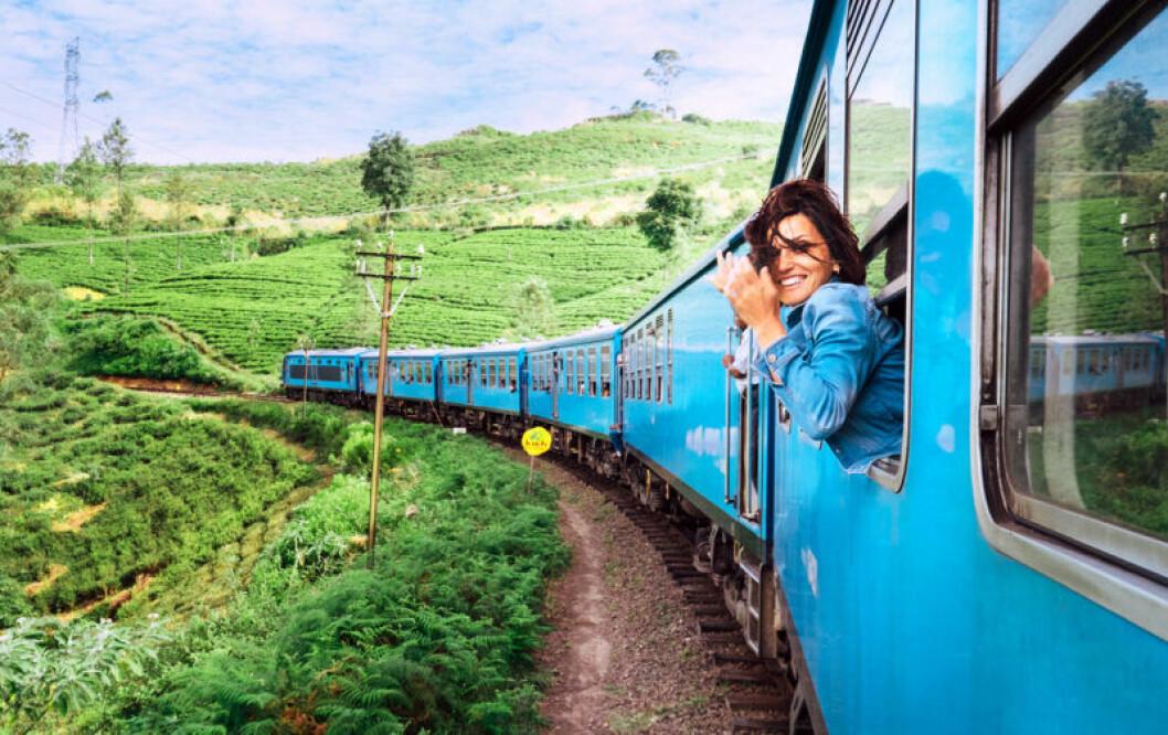 Kvinna åker tåg