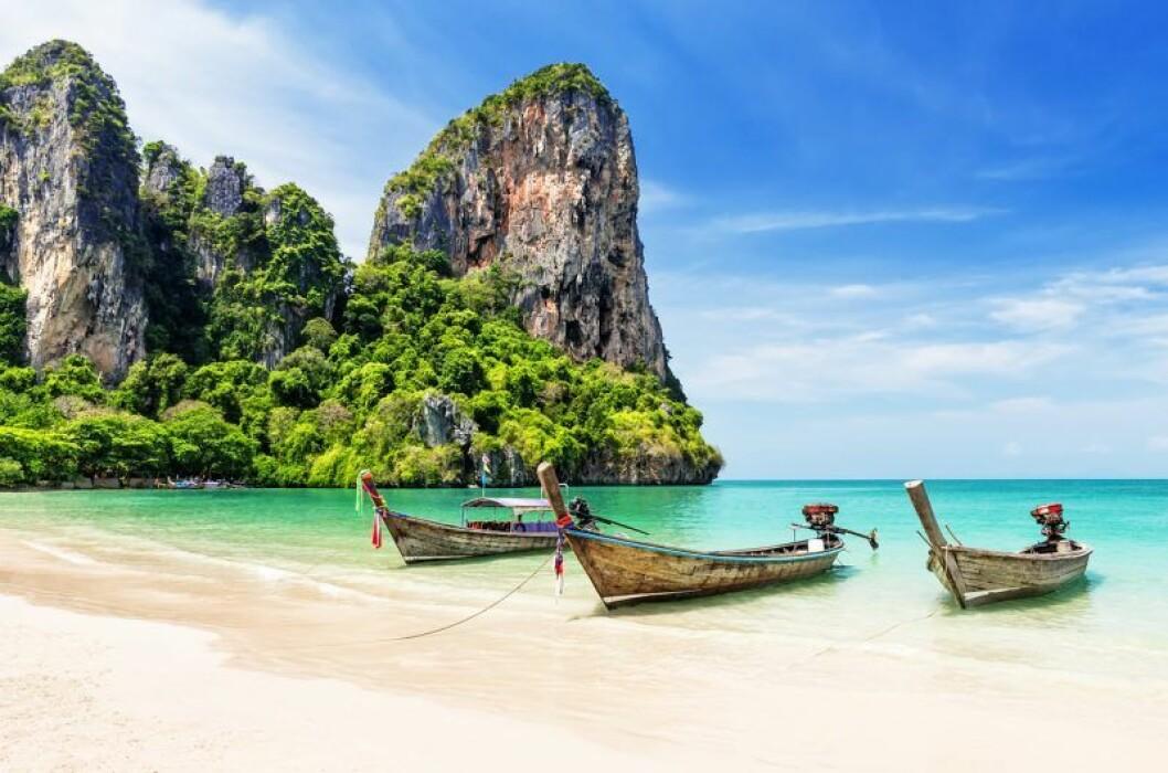 Thailändsk strand med longtailbåtar