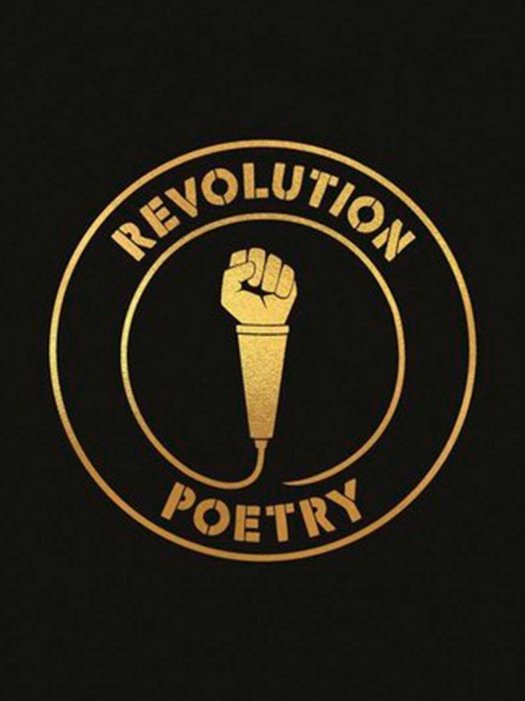Bokomslag till Revolution poetry, svart bakrund med boktitel skriven i guld som omsluter en mikrofon med en höjd knytnäve.