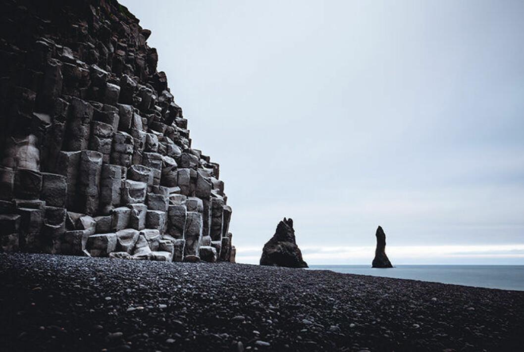 Reynisfjara är en svart strand på Island som ofta syns på Instagram