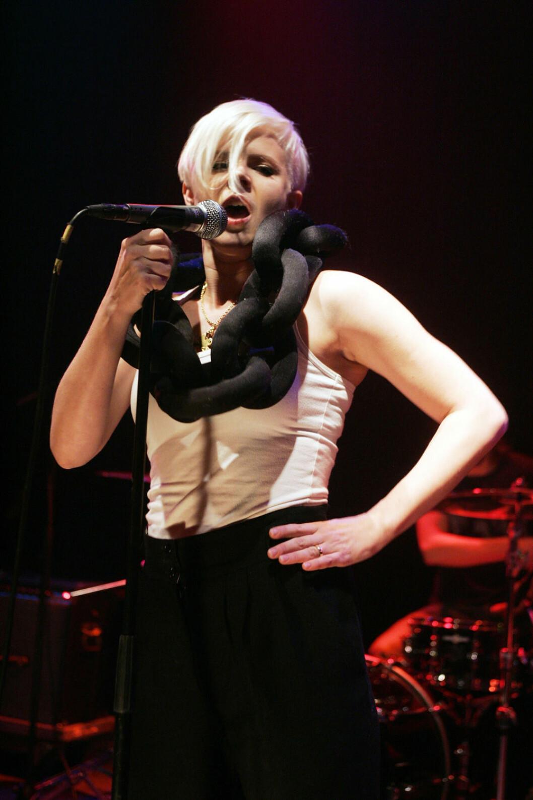Robyn i over size halsband på spelning i Tyskland 2007.