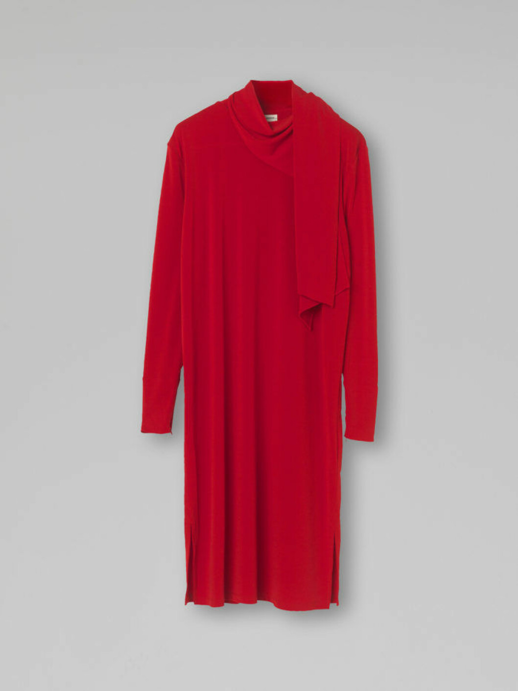 röd klänning i rak form med elegant band i halsen från Malene Birger