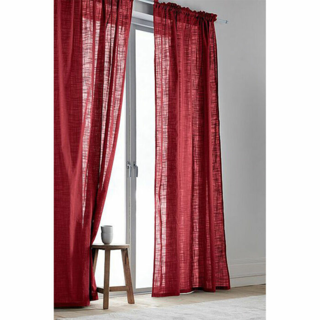 Röda svagt genomskinliga gardiner