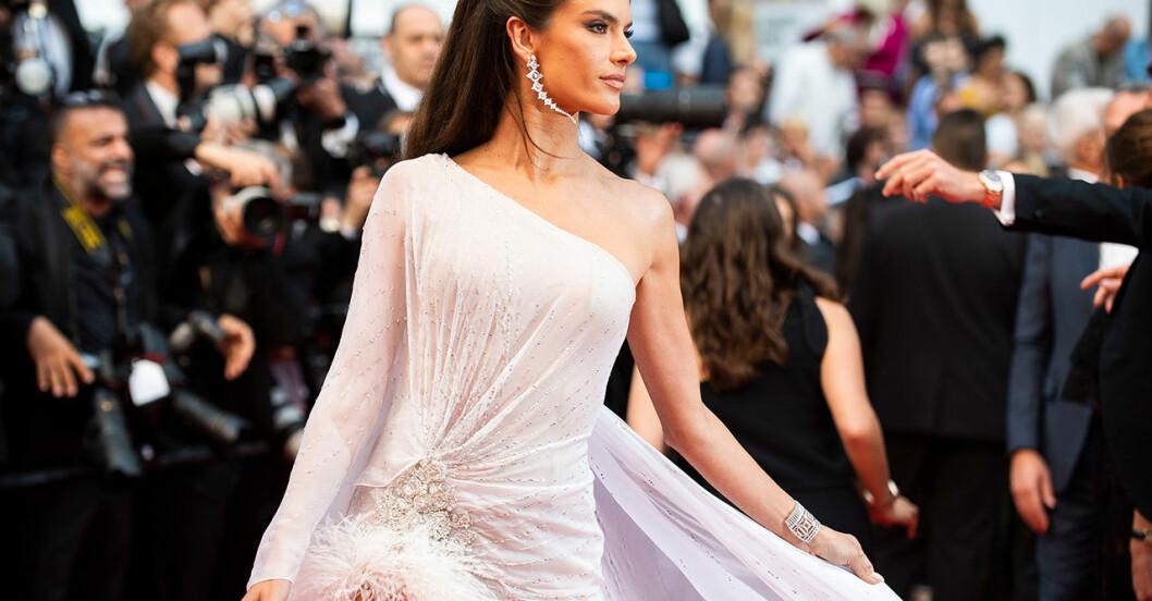 Bild på Alessandra Ambrosio på röda mattan under Filmfestivalen i Cannes