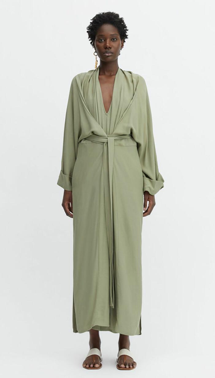 grön långklänning med drapering från rodebjer