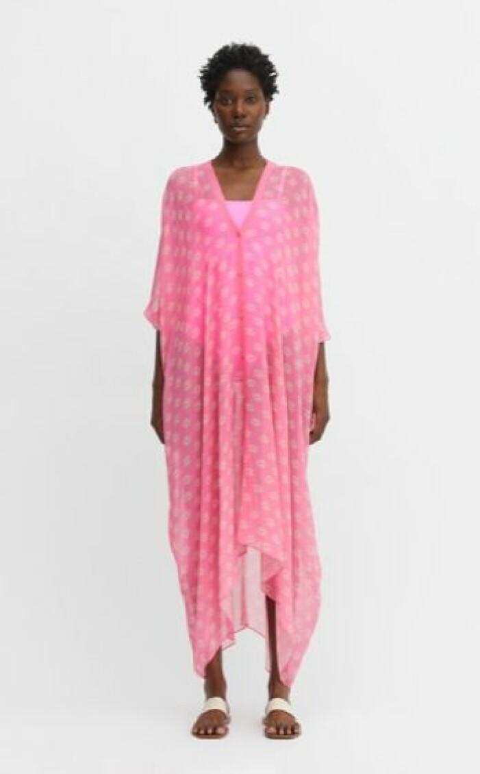 Lång rosa kaftan med mönster på. Kaftan från Rodebjer.