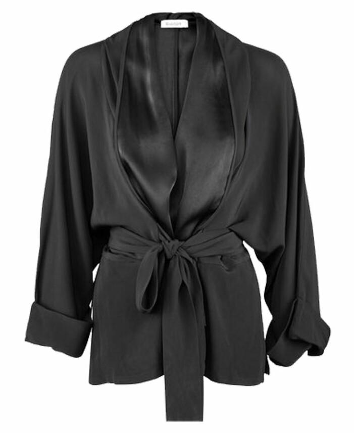 svart kimono med knytning från rodebjer