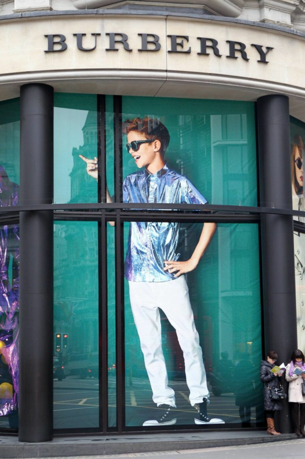 En bild på en pojke i skyltfönster
