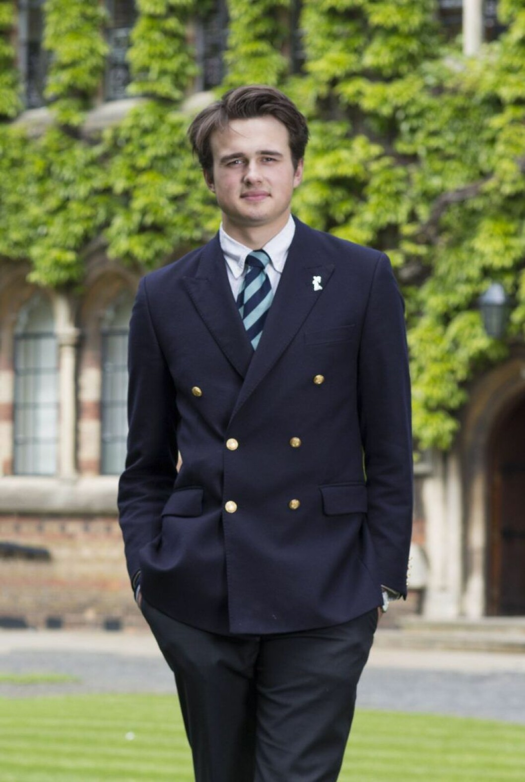Rory Farquharson står i kostym och slips