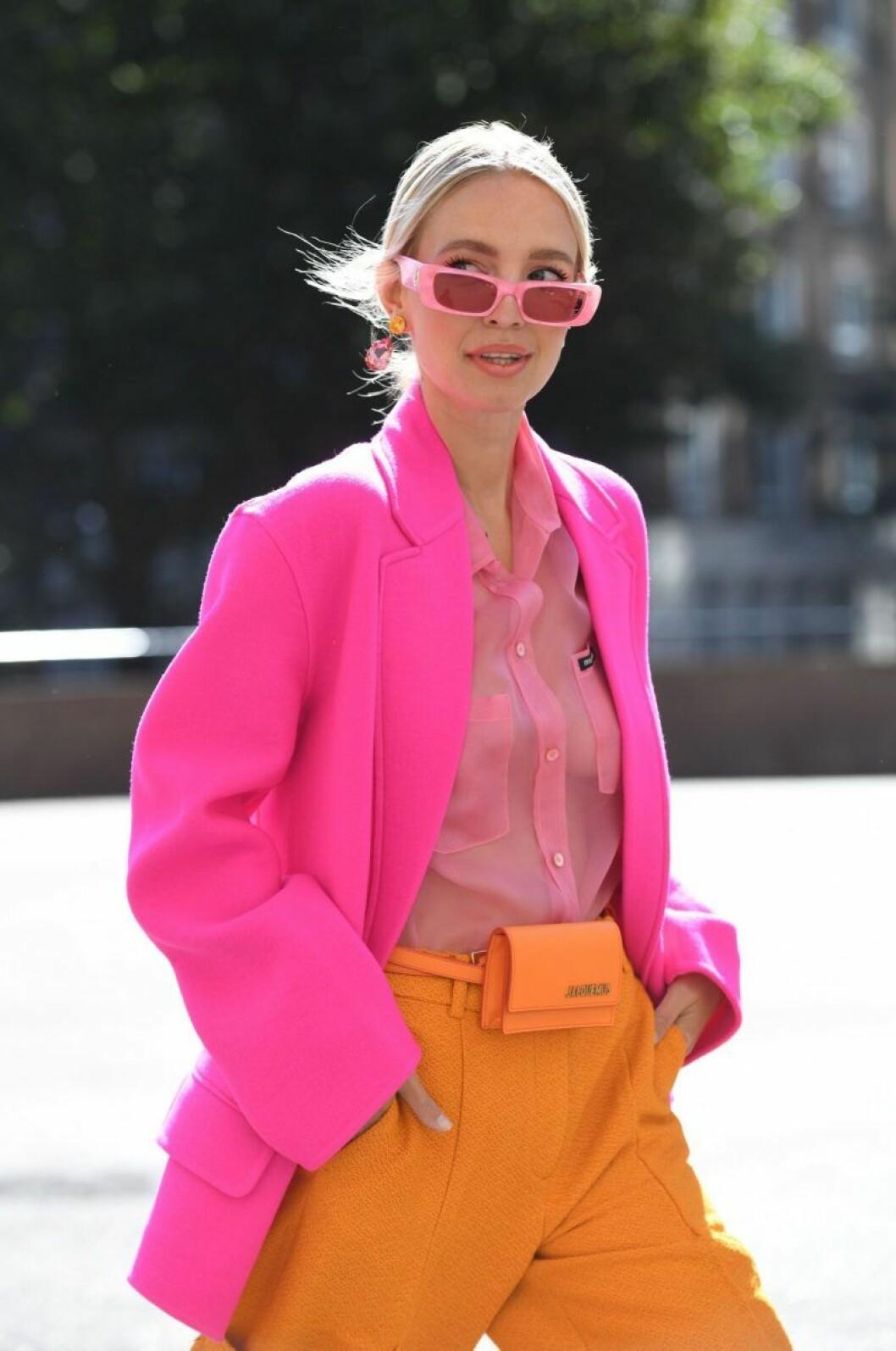 Leonie Hanne i rosa kavaj och rosa solglasögon