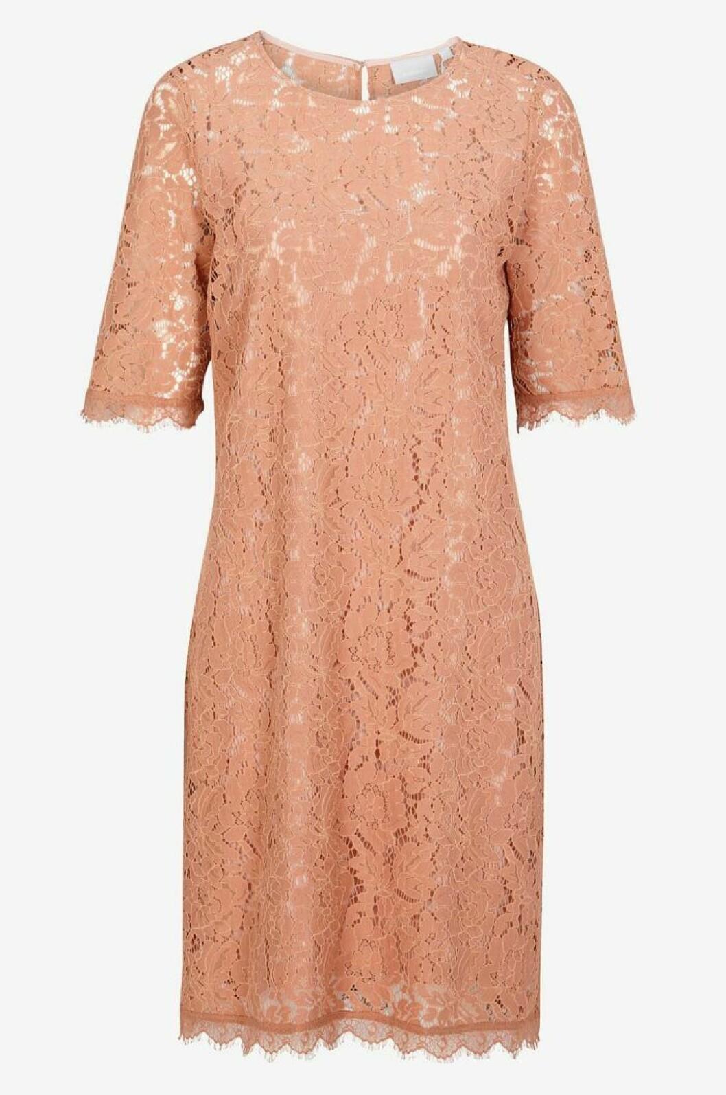 Rosa spetsklänning