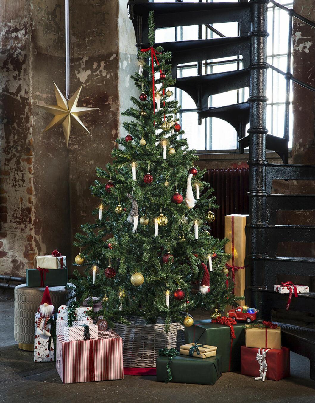 Julgran med pynt från Rusta