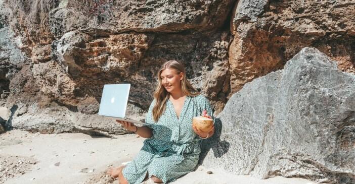Linnea Larm-Svensson driver sitt företag från Bali