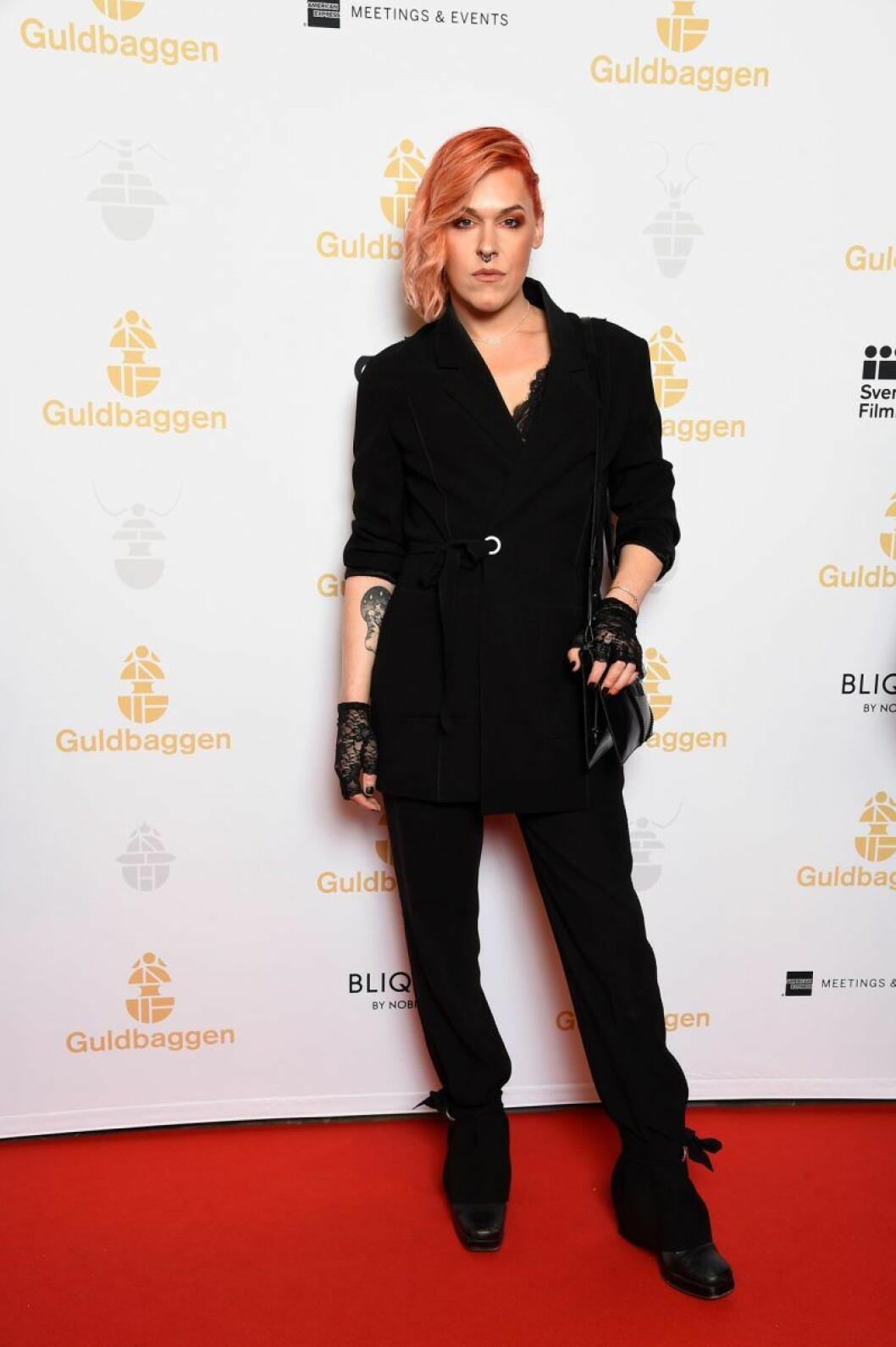 Saga Becker på röda mattan på Guldbaggegalan 2020