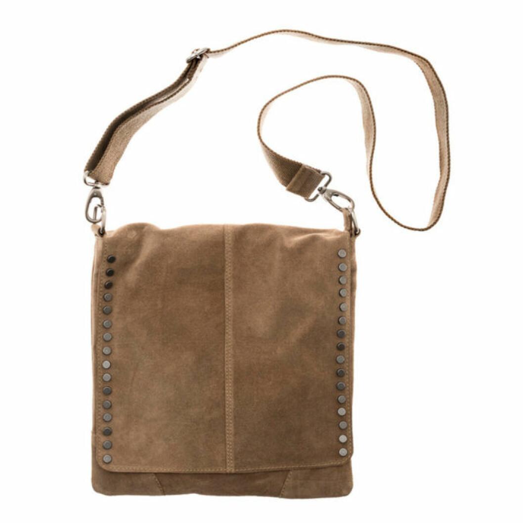 Sandfärgad väska med axelband i mocka
