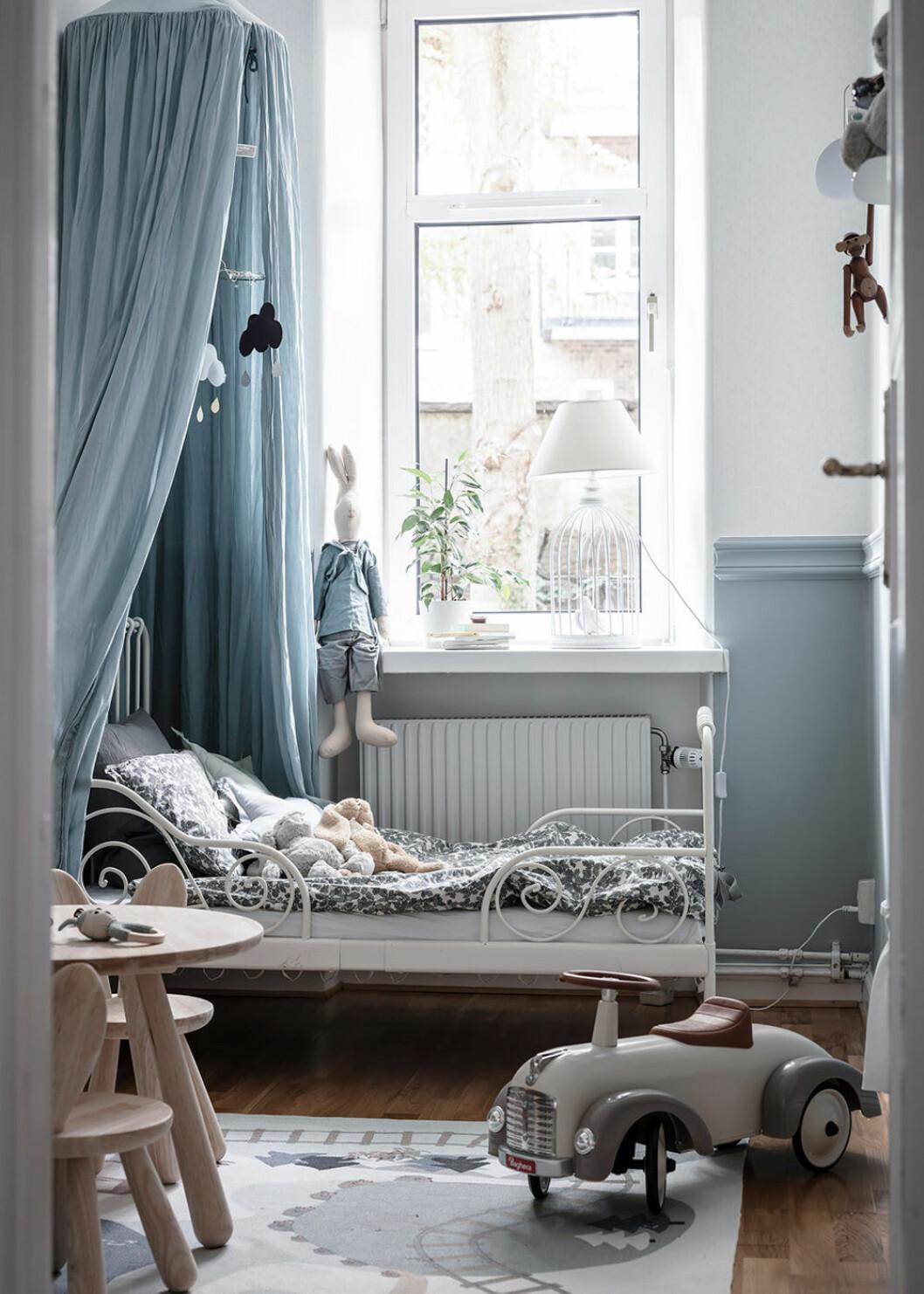 Barnrum med sänghimmel i blått