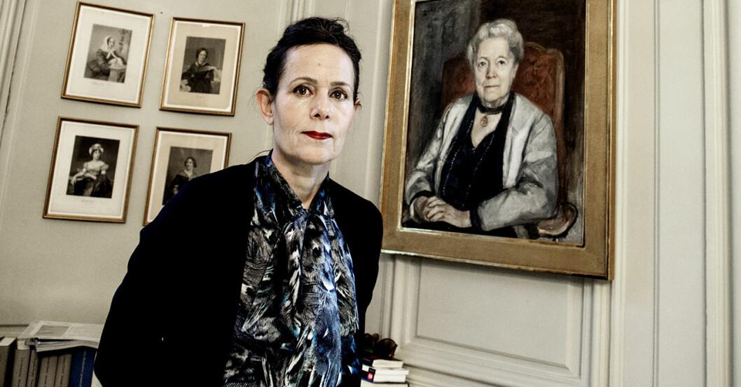 Sara Danius, ständig sekreterare i Svenska Akademien intill porträtt av Selma Lagerlöf