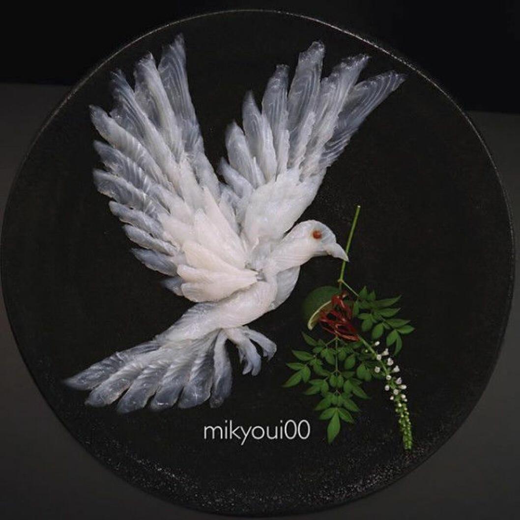 Sashimikonst i form av en vacker fredsduva.