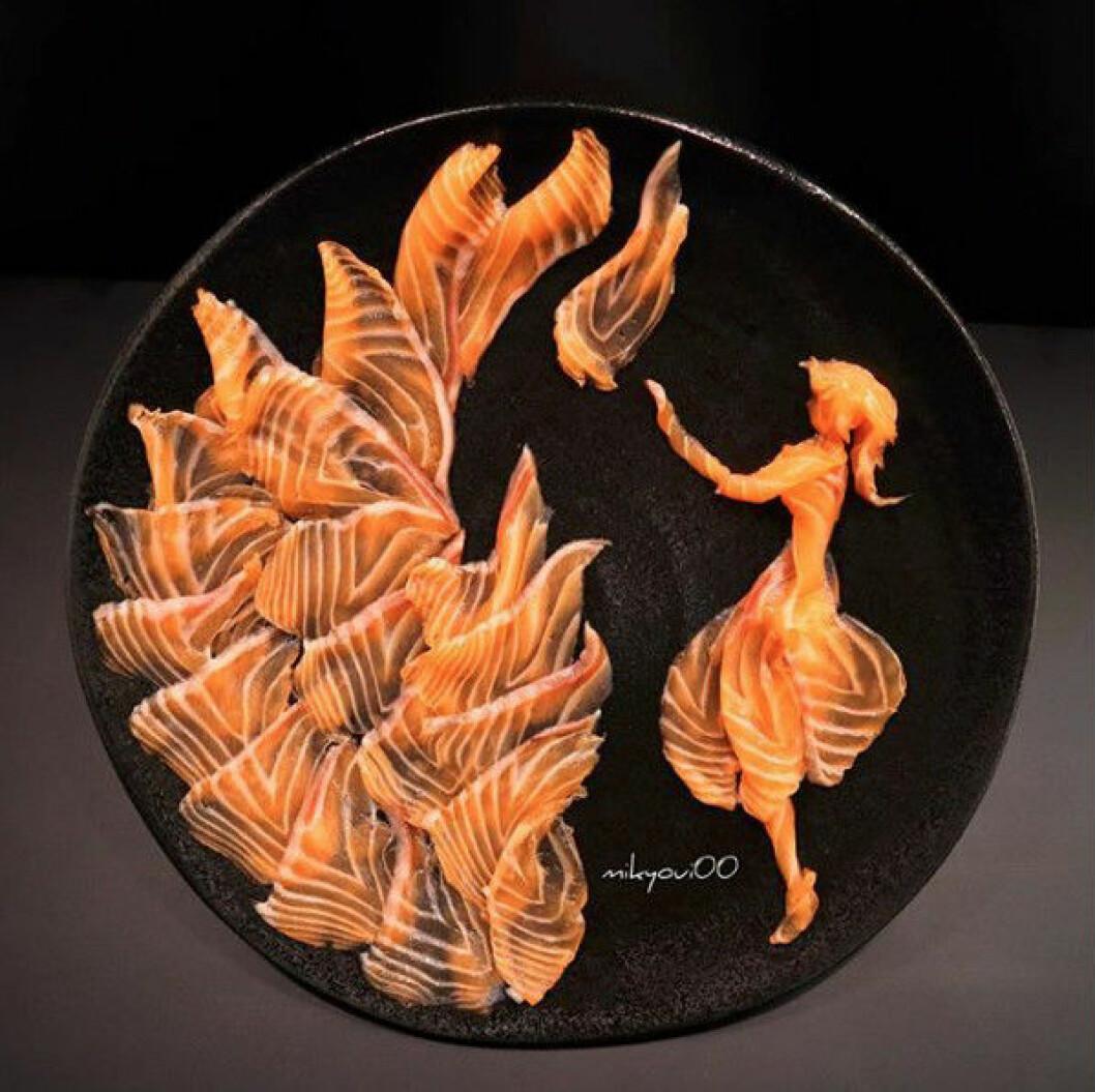 Sashimikonst i form av eld och en kvinna.