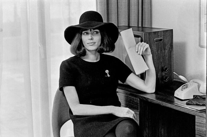 Lill Lindfors i svart klänning matchat med en snygg svart hatt