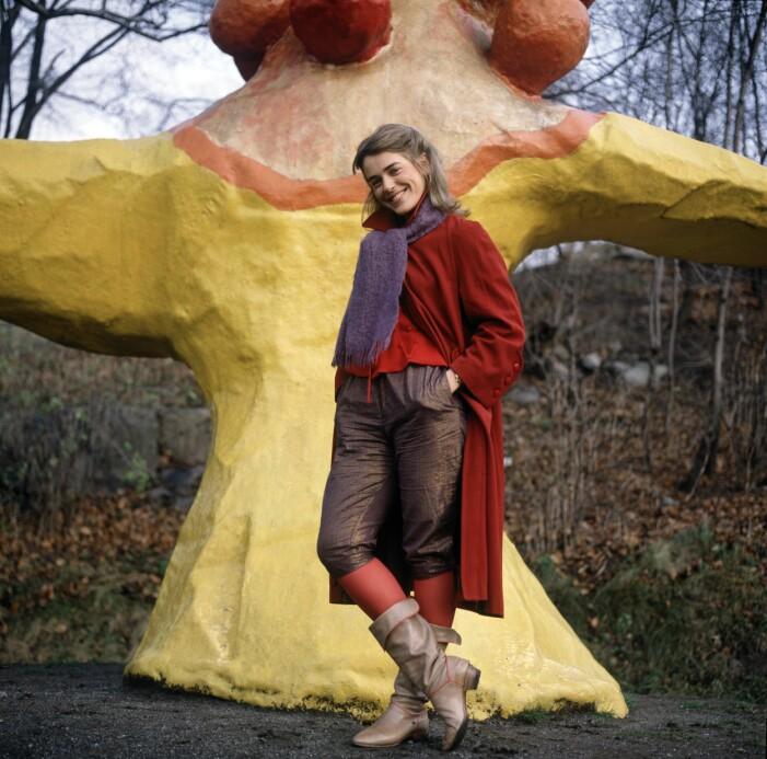 Ewa Fröling framför en färgglad skulptur.