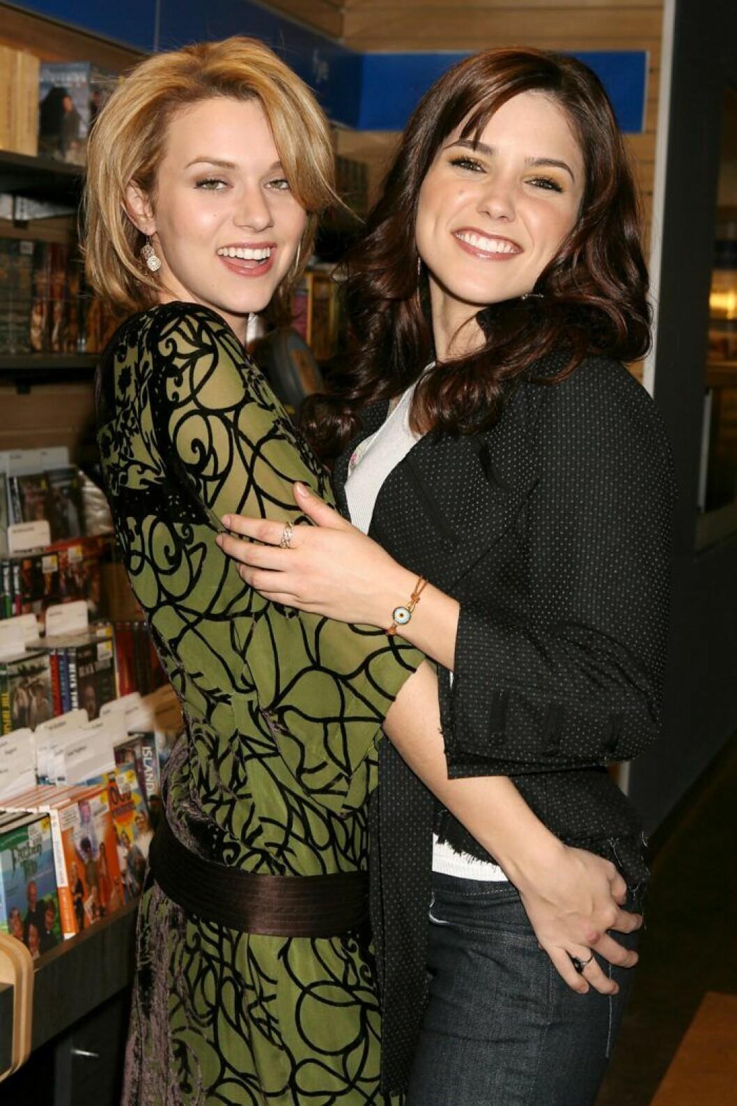 Hilarie Burton och Sophia Bush.