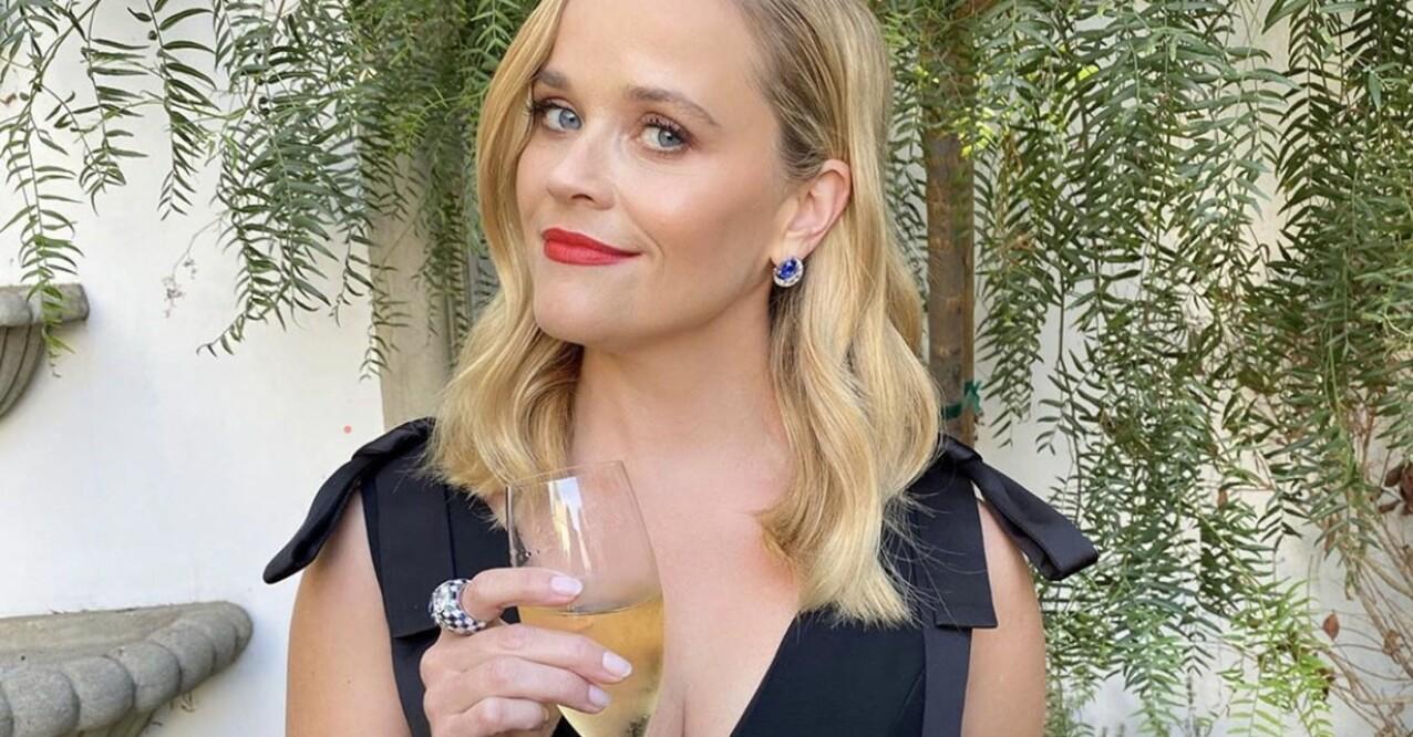 Reese Witherspoon tar en drink