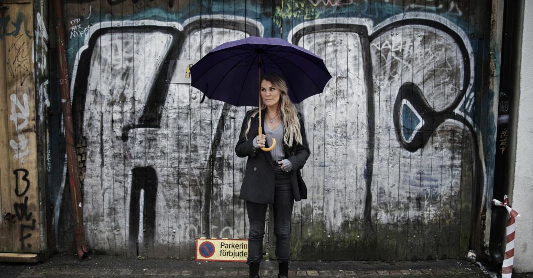 mia skäringer med ett paraply