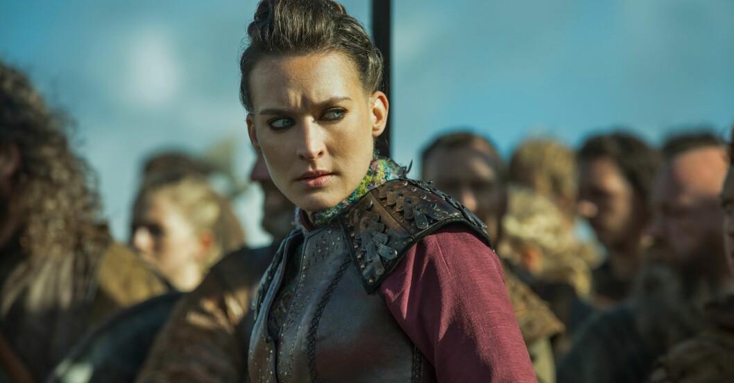 Karaktären Astrid i Vikings tittar argt.